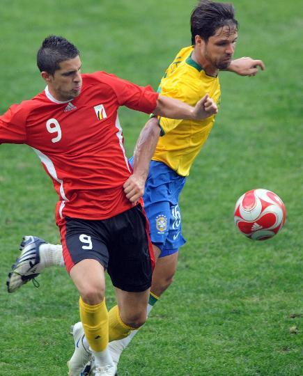 图文-巴西1-0比利时 迪亚戈与米拉拉在比赛中拼抢