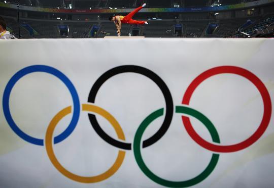 图文-中国男子体操队赛台训练 杨威进行鞍马训练