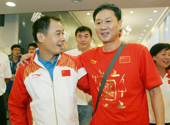 图文-几代体操人共庆奥运9金  李宁和黄指导聊得开心