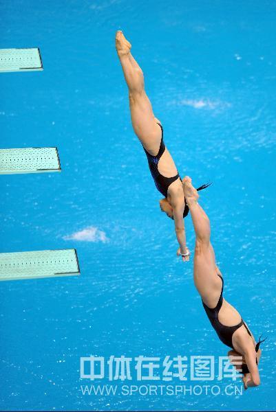 图文-奥运会女子双人3米板决赛 中国组合入水瞬间