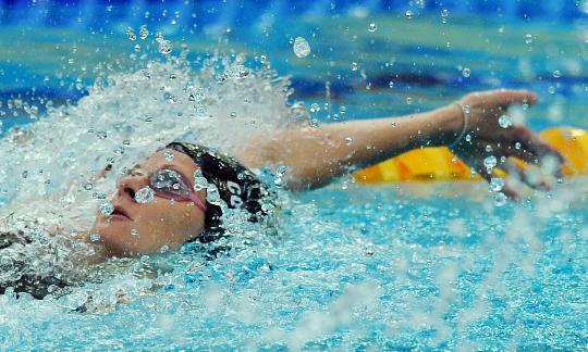图文-女子100米仰泳新世界纪录诞生 考文垂冲刺