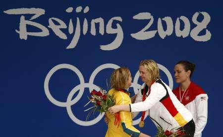 图文-史蒂芬100米自夺金 冠亚军领奖台上相拥