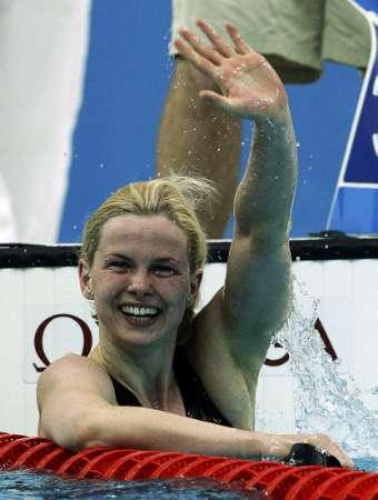 图文-斯特芬获50米自游泳冠军 布丽塔-斯特芬挥手