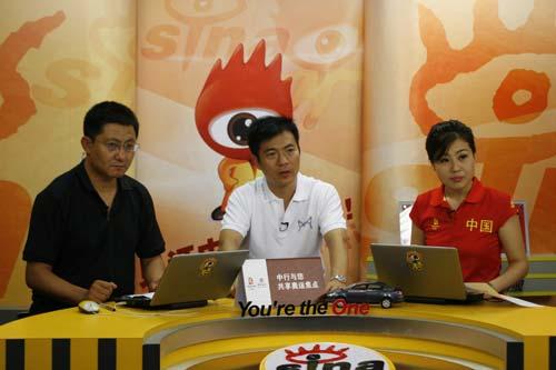 图文-黄健翔做客新浪聊10米台决赛 一起关注比赛