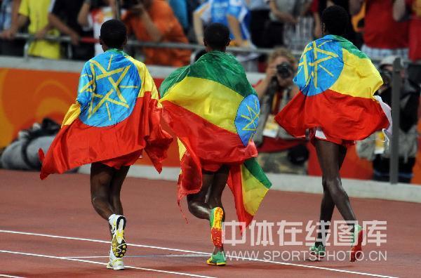 图文-男子10000米决赛 前三名绕场庆祝