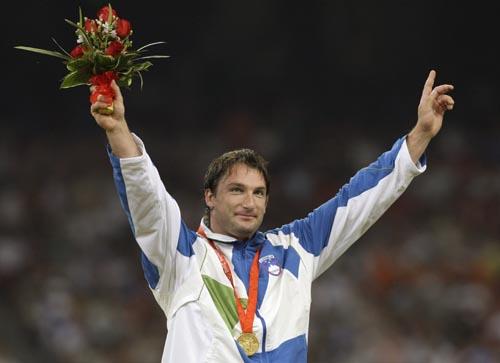 图文-男子链球斯洛文尼亚选手夺金 举起鲜花庆胜利