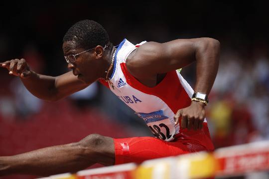 图文-男子110米栏第一轮赛况 罗伯斯跨栏写真