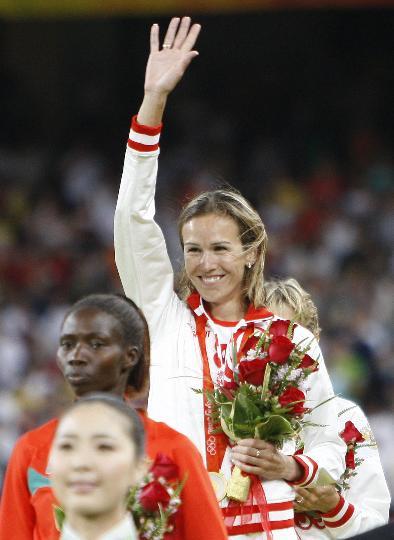 图文-女子3000米障碍颁奖仪式举行 冠军很开心