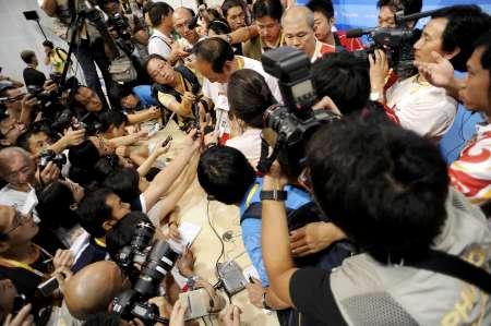 图文-刘翔退赛孙海平泪洒发布会 被媒体包围