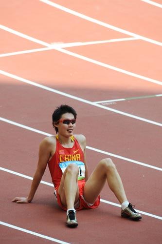 图文-奥运会男子200米预赛 张培萌赛后坐在跑道上