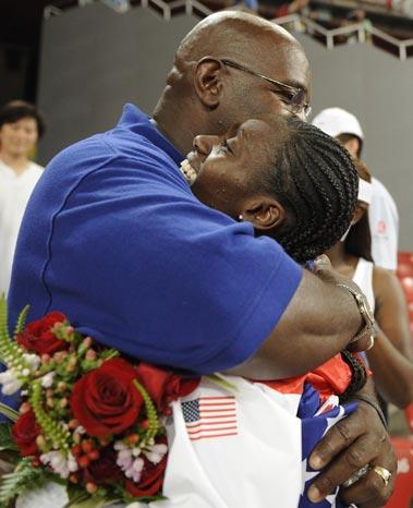 图文-奥运女子100米栏决赛赛况 师徒拥抱在一起
