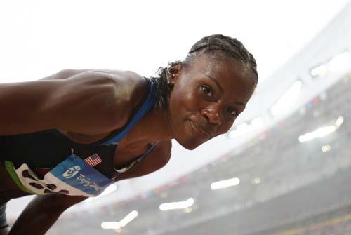 图文-女子跳高资格赛赛况 镜头前露个脸