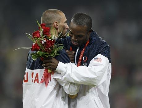 图文-[奥运]田径男子400米 与队友拥抱