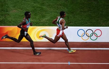 图文-[奥运]田径男子5000米决赛 追兵紧随其后