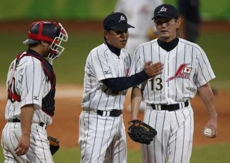图文-棒球韩国5-3胜日本 日本队主教练指导队员