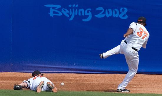 图文-19日棒球预赛赛况 让人害怕的危险动作