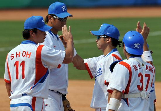 图文-19日棒球预赛赛况 韩国队庆祝胜利