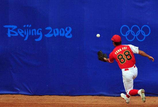图文-19日棒球预赛赛况 中国队员努力救球