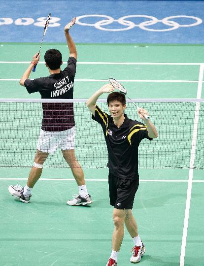 图文-羽毛球男单11日战况 黄宗翰向观众致意