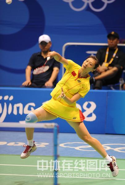 图文-奥运会11日羽毛球女单赛况 张宁大力扣杀