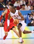 图文-[奥运会]中国男篮70-101美国 科比带球突破