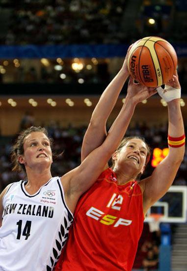 图文-女篮西班牙VS新西兰 篮前积极拼抢