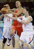 图文-15日女篮小组比赛赛况 篮下强行突破