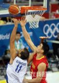 图文-[奥运会男篮]中国队vs希腊 姚明篮下争篮板