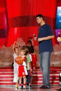 图文-姚明詹姆斯在京参加商业活动 与小朋友互动