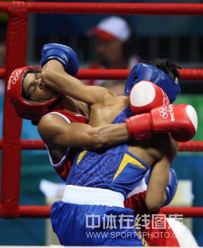 图文-拳击48KG级邹市明进16强 铁肘更是威力无比