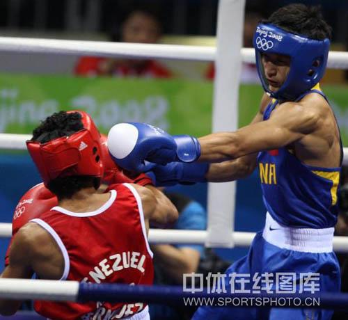 图文-拳击48KG级邹市明进16强 打得对手无力还手