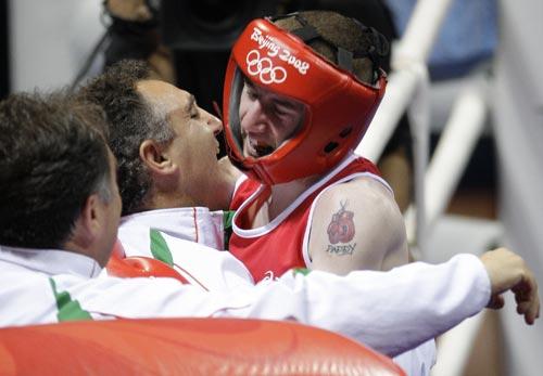 图文-19日奥运拳击赛场赛况 选手拥抱教练