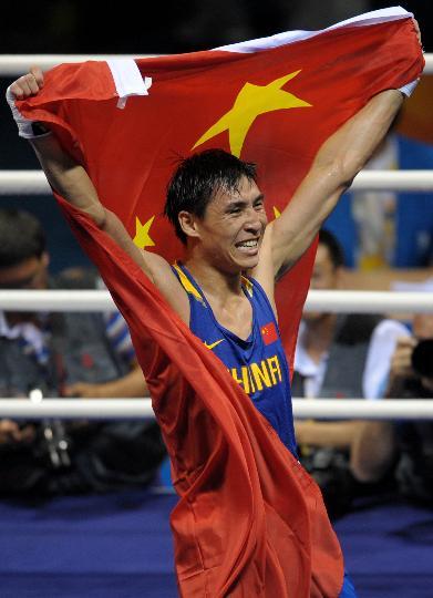 图文-男子拳击81KG张小平夺冠 高举五星红旗