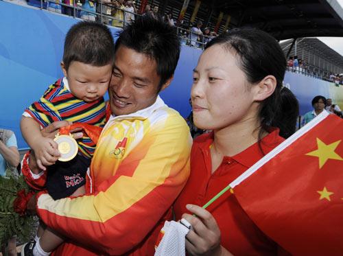 图文-男子双人划艇500M中国夺金 孟关良的幸福一家