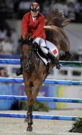 图文-中国骑手首次参加马术障碍赛 跨过障碍瞬间