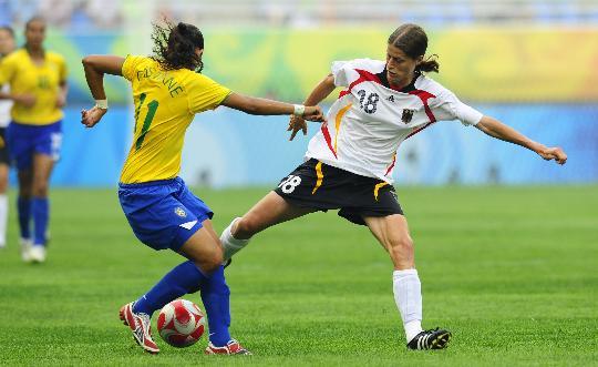 图文-[女足]德国队0-0巴西 格芬克斯与对手争抢