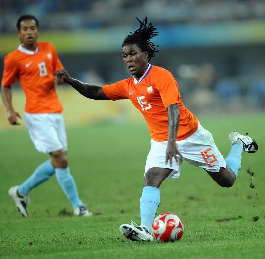 图文-[男足]美国2-2荷兰 荷兰球员德伦特(右)射门