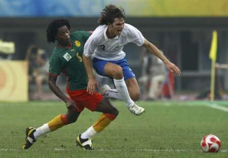 图文-[男足]喀麦隆0-0意大利 松古防守很老道