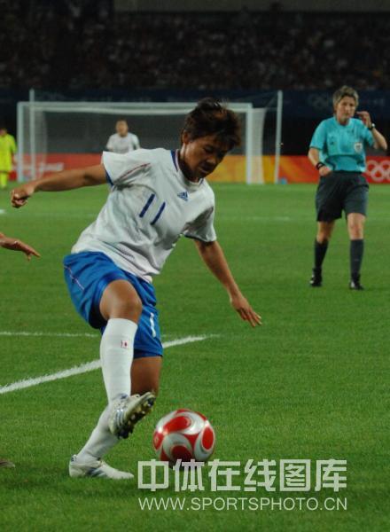 图文-[奥运]中国女足VS日本 利用身体护住球