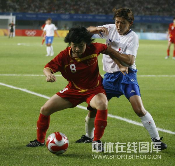 图文-[奥运]中国女足0-2日本 徐媛护球