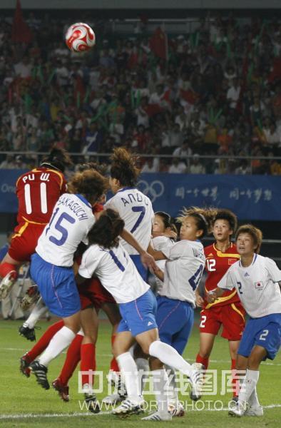 图文-[奥运]中国女足0-2日本 双方争顶