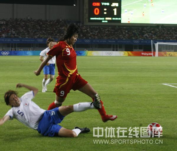 图文-[奥运]中国女足0-2日本 韩端突破