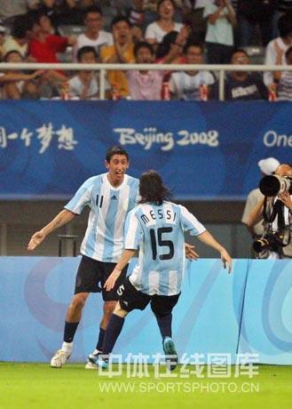 图文-男足四分之一决赛大战 梅西庆祝进球