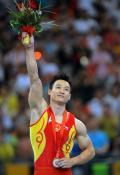 图文-杨威夺得男子个人全能冠军 手握金镶玉