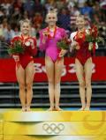 图文-体操女子全能柳金登冠 领奖台上的三甲