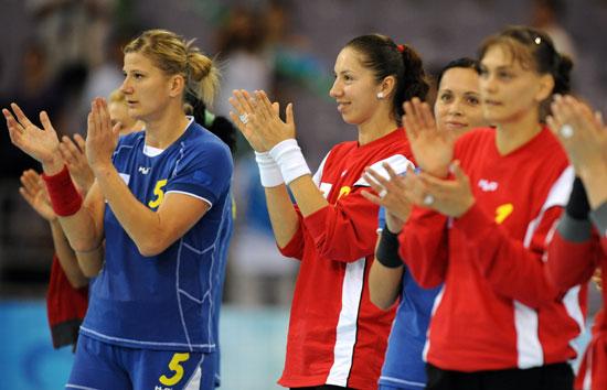 图文-15日手球赛场聚焦 罗马尼亚队庆祝胜利