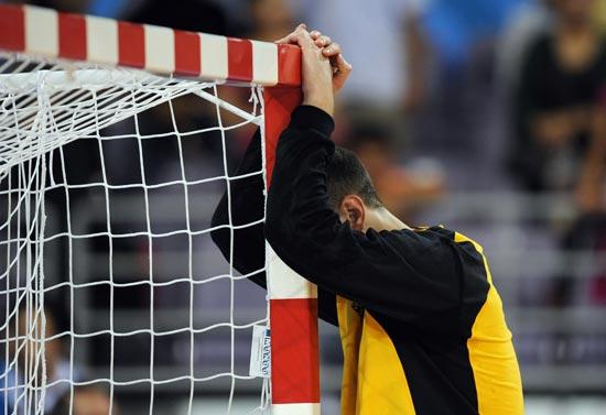 图文-16日手球赛场聚焦 痛苦的俄罗斯守门员