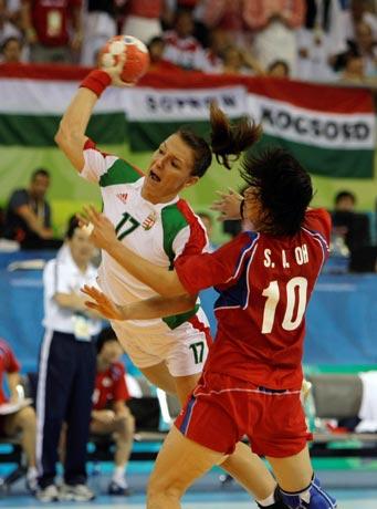 图文-17日女子手球赛场聚焦 跳起挥臂攻门