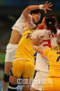 图文-女子手球5-8名排位赛 比赛就是这么激烈