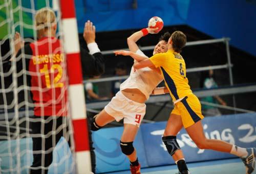 图文-女子手球5-8名排位赛 拦得住人拦不住球